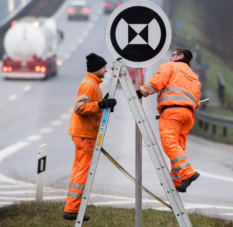 Verkehrsschilder-fuer-autonome-Fahrzeuge-2.thumb.jpg.04248931fbb258709431ea0813d828b0.jpg